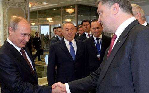 Tổng thống Nga&nbsp; Vladimir Putin (trái) và Tổng thống Ukraine Petro Poroshenko gặp ở Minsk, Belarus, ngày 26/8 - Ảnh: AFP.<br>