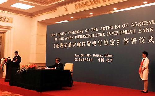 Thống đốc Ngân hàng Nhà nước Nguyễn Văn Bình đại diện cho Việt Nam  cùng các nước thành viên sáng lập khác cùng ký điều lệ hoạt động của  AIIB.