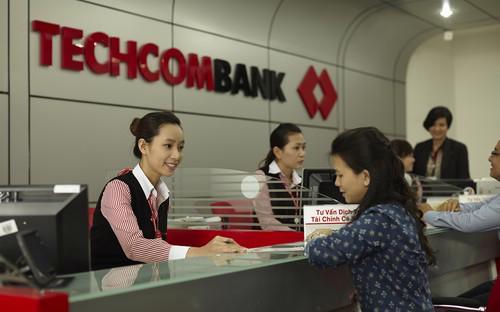 Khách hàng giao dịch tại Techcombank.<br>