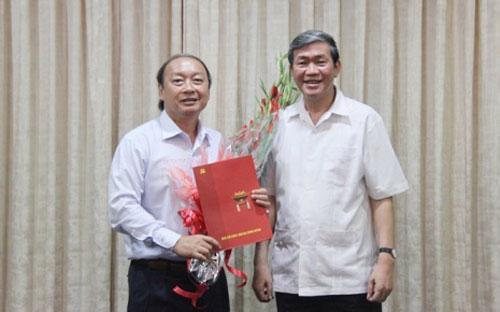 Trưởng ban Tuyên giáo Trung ương Đinh Thế Huynh trao quyết định điều động của Bộ Chính trị cho ông Võ Văn Phuông.<br>