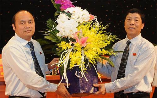 Bí thư Tỉnh Uỷ Bùi Văn Hải (bên phải) chúc mừng ông Nguyễn Văn Linh được bầu làm Chủ tịch UBND tỉnh.<br>