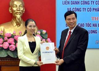 Chủ tịch Quảng Ninh, ông Nguyễn Đức Long (phải) trao giấy chứng nhận đầu tư cho đại diện liên danh.<br>