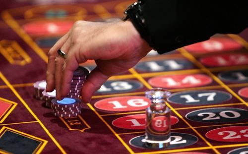 """""""Bây giờ tôi đang chịu áp lực rất lớn là rất nhiều tỉnh xin làm casino, tôi mệt mỏi vô cùng, áp lực quá lớn"""", Bộ trưởng Bộ Kế hoạch và Đầu tư Bùi Quang Vinh từng than thở tại hội thảo về cải cách thể chế, hôm 6/3/2014."""