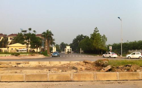 """Sau khi đường vành đai 2 có dải phân cách cứng, cổng """"truyền thống"""" của khu đô thị Ciputra hướng ra đường Lạc Long Quân trở nên vắng hoe.<br>"""