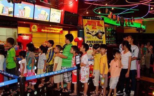 Tại Tp.HCM, thời gian qua hàng loạt cụm rạp hiện đại được đặt riêng hoặc đặt trong các trung tâm thương mại lớn, do các nhà đầu tư trong nước và nước ngoài xây dựng, như cụm rạp đa năng MegaStar tại Parkson Hùng Vương, quận 5.