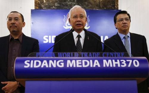 Thủ tướng Malaysian Najib Razak (giữa) phát biểu tại một cuộc họp báo về chuyến bay MH370 tại Kuala Lumpur, Malaysia hôm ngày 6/8 - Ảnh: AP.