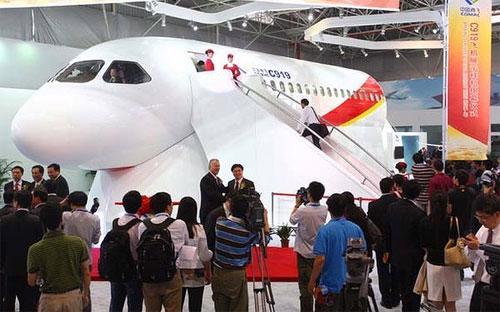 C919 được thiết kế phần thân hẹp có thể chở từ 156 tới 168 hành khách và  được kỳ vọng là đối thủ cạnh tranh với Airbus A320 và Boeing 737.