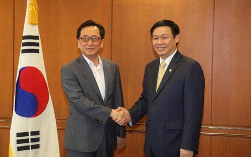 GS.TS Vương Đình Huệ và Chủ tịch Cơ quan Giám sát tài chính Hàn Quốc Choi Sooyun.<br>