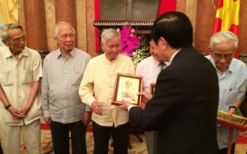 Chủ tịch nước đã tặng quà lưu niệm cho các nhà báo lão thành.