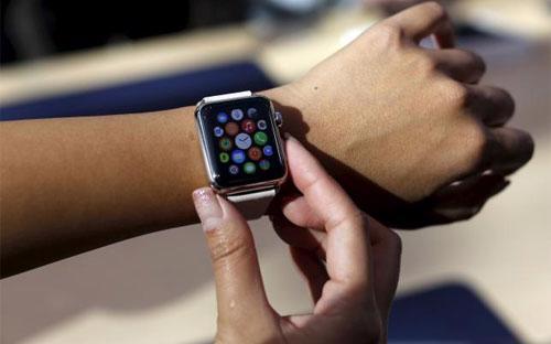 Đồng hồ thông minh của Apple được coi là một phụ kiện thời trang cao cấp và là bước tiên phong trong công nghệ - Ảnh: Reuters.<br>
