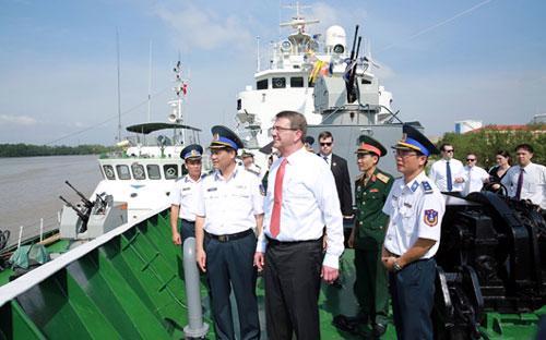 Ông Ashton Carter thăm chiến sĩ tàu Cảnh sát biển 8003 tại Hải Phòng chiều 31/5/2015 - Nguồn: Bộ Tư lệnh Cảnh sát biển.
