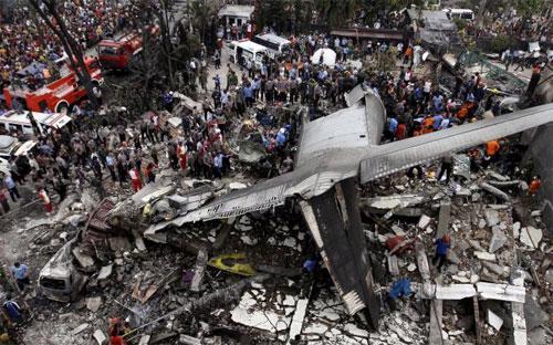 Hiện trường chiếc máy bay Hercules gặp nạn - Ảnh: Reuters.<br>