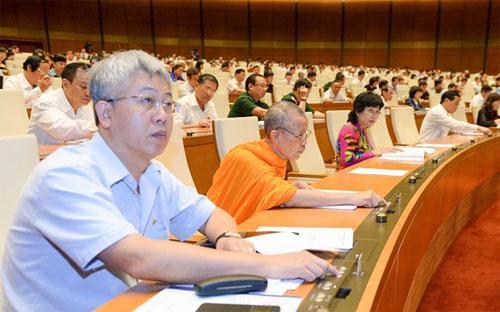 Các đại biểu biểu quyết tại hội trường Quốc hội - Nguồn: Quochoi.vn.<br>
