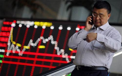 Một nhà đầu tư trên sàn chứng khoán Thượng Hải - Ảnh: Reuters.<br>