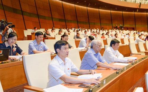 Các đại biểu biểu quyết tại hội trường Quốc hội.<br>