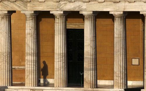 Việc ECB không còn nhiệt tình với việc hỗ trợ Hy Lạp có thể gây ra vấn  đề lớn cho nước này bởi ECB chính là chủ nợ lớn nhất và cũng là nguồn hỗ  trợ tài chính cho các ngân hàng thương mại đang gặp khó khăn của Hy  Lạp - Ảnh: Reuters.<br>