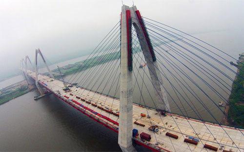 Cầu Nhật Tân là một trong 5 cây cầu lớn của Hà Nội bắc qua Sông Hồng.<br>
