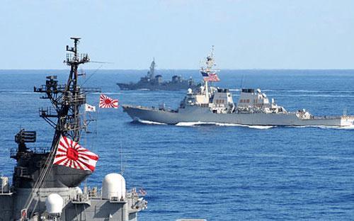 Tàu hải quân Nhật và Mỹ - Ảnh: Forbes.