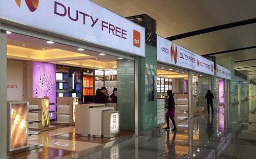 Theo quy định hiện hành, các doanh nghiệp chỉ được kinh doanh bán hàng  miễn thuế tại sân bay quốc tế và trên các chuyến bay xuất cảnh từ Việt  Nam đi quốc tế.
