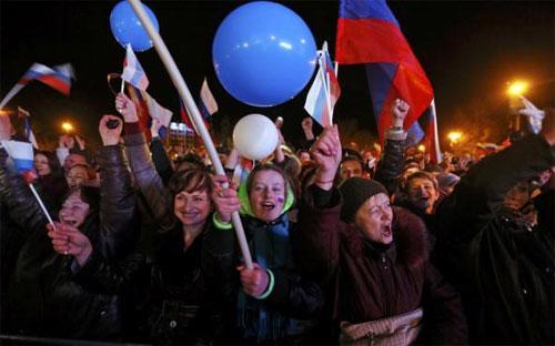 Người dân Crimea ăn mừng kết quả cuộc trưng cầu dân ý ngày 16/3 - Ảnh: Reuters.<br>