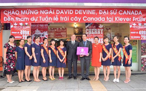 """Đại sứ Canada David Devine đến thăm cửa hàng Klever Fruits để tham dự """"Tuần lễ trái cây Canada"""" tại đây và nói lời chúc mừng với những thành công của chương trình."""