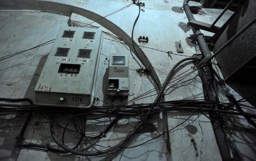 Việc phải trèo thang để ghi chốt sổ số điện cho từng công tơ như thế này sẽ kết thúc khi Viettel có thiết bị theo dõi, truyền dữ liệu về máy chủ.