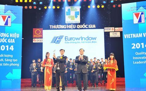 Ông Vũ Trọng Trung - Phó Tổng giám đốc Eurowindow nhận biểu trưng Thương hiệu Quốc gia 2014.