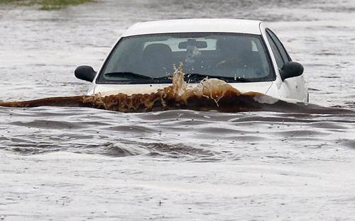Nếu xử lý không đúng cách khi đi xe qua vùng ngập nước rất có thể sẽ dẫn đến hư hại xe, thậm chí nguy hiểm sức khỏe, tính mạng hành khách trên xe.<br>