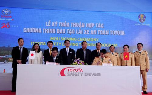 Tổng giám đốc Toyota Việt Nam và Phó cục trưởng Cục Cảnh sát Giao thông ký biên bản thỏa thuận hợp tác.<br>