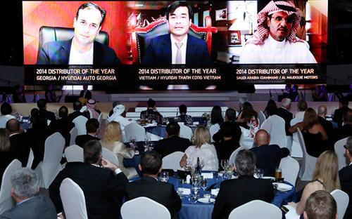 Đại diện Hyundai Thành Công (giữa) cùng đại diện 2 nhà phân phối Hyundai của năm 2014 khác.<br>
