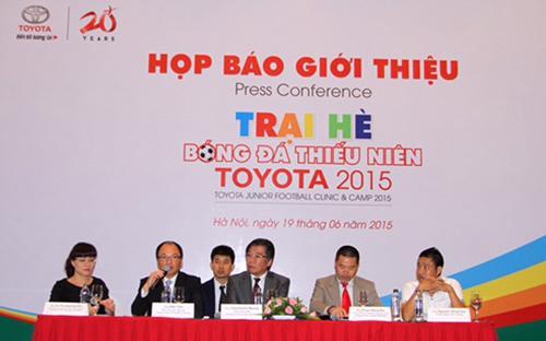 Các đại diện Toyota Việt Nam và huấn luyện viên Nguyễn Hồng Sơn giới thiệu về Trại hè bóng đá thiếu niên Toyota 2015.