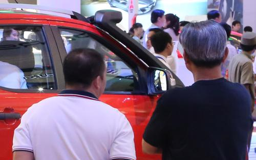 """Nếu coi tổng chi phí phải bỏ ra để sở hữu và sử dụng một chiếc ôtô trong  5-10 năm, chưa chắc người tiêu dùng Việt Nam đã thiệt thòi so với """"bạn  bè"""" quốc tế."""