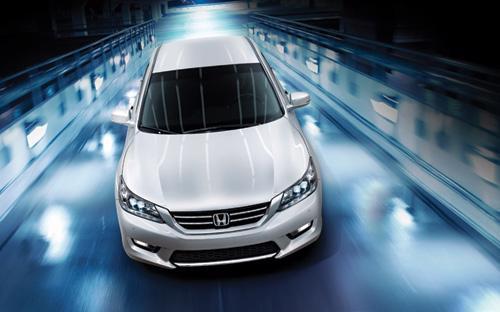 Accord 2015 hiện đã có mặt tại hệ thống phân phối Honda ôtô trên toàn  quốc với các màu ngoại thất đỏ, xanh đá, đen ánh, xám, ghi bạc và trắng  ngọc.