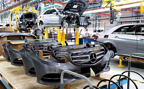 Sau khi đầu tư dây chuyền mới, liên doanh này đã đưa dòng xe S-Class với  2 phiên bản S500L và S400L ra thị trường với mức giá thấp hơn đến 1 tỷ  đồng so với một số đối thủ trực tiếp.