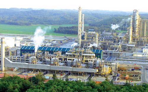 Nhà máy lọc dầu Dung Quất là công trình lọc hoá dầu đầu tiên của Việt Nam.<br>