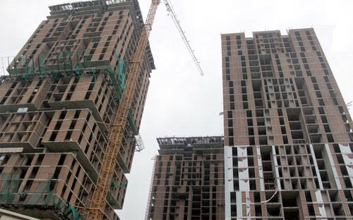 Báo cáo của 58/63 địa phương cho thấy hiện tồn đọng 20.851 căn hộ chung  cư, 5.176 căn thấp tầng, 1.890.667 m2 đất nền, 64.847 m2 văn phòng cho  thuê, với tổng số vốn ước tính là 52.542 tỷ đồng.