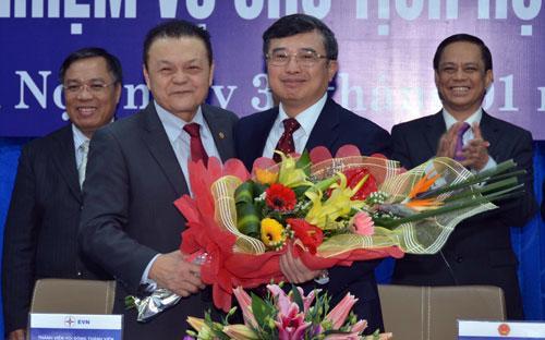 Thứ trưởng Bộ Công Thương, nguyên Chủ tịch EVN Hoàng Quốc Vượng bàn giao chức năng và nhiệm vụ Chủ tịch cho Tổng giám đốc EVN Phạm Lê Thanh.<br>