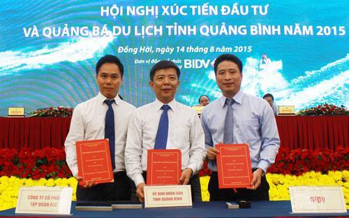 Đại diện lãnh đạo FLC, ngân hàng BIDV và tỉnh Quảng Bình cùng ký bản cam kết đầu tư dự án tổ hợp 10 sân, ngày 14/8.<br>