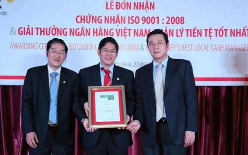 Lãnh đạo HDBank nhận giải thưởng từ Euromoney.