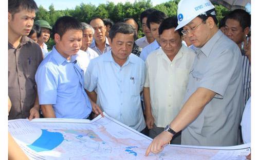 Phó thủ tướng Hoàng Trung Hải (đội mũ) và Chủ tịch Hà Tĩnh Võ Kim Cự (đứng giữa) trong một chuyến thị sát Vũng Áng.<br>