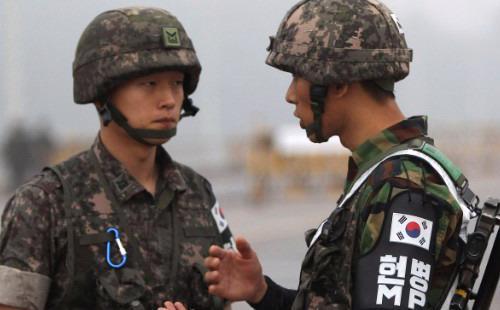 Vụ hai binh sỹ Hàn Quốc bị thương do mìn trong khu phi quân sự nằm dọc biên giới hai nước đã gây ra rất nhiều căng thẳng trong quan hệ Hàn Quốc - Triều Tiên - Ảnh: CNN.<br>