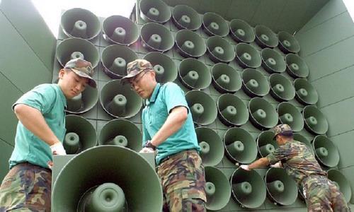 Được coi như vũ khí hiệu quả đánh vào tâm lý của dân Triều Tiên, các chương trình phát thanh của Hàn Quốc có nội dung tuyên truyền về đạo Phật, dự báo thời tiết cũng như nhạc pop Hàn Quốc. Những bản nhạc pop đã giúp K-Pop nổi tiếng toàn thế giới được bật không ngừng - Ảnh: The RayyakPost.<br>