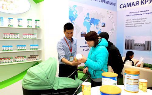 Đại diện Vinamilk đang giới thiệu đến người tiêu dùng Nga những sản phẩm của Vinamilk.