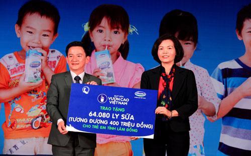 Đại diện Vinamilk trao tặng bảng tượng trưng 64.080 ly sữa tương đương 400 triệu đồng đến trẻ em tỉnh Lâm Đồng.