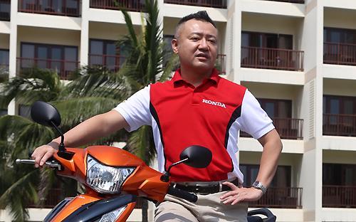 <span>Ông  Masayuki Igrashi cùng mẫu xe Wave RSX 110 phun xăng điện tử ra mắt thị  trường vào ngày 28/2/2014 -  Ảnh: Đức Thọ.</span>