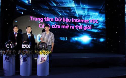 Đại diện VDC và Công ty Cổ phẩn Truyền thông 24h nhấn nút khai trương IDC.