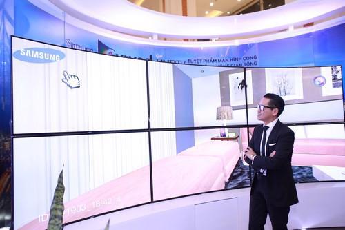 """Chương trình """"Tuyệt phẩm màn hình cong - Nâng tầm không gian sống"""" diễn  ra từ ngày 3/10 đến 6/10 tại khu vực R3, Vincom Mega Mall, Royal City,  và từ 11/10 đến 19/10 tại Savico Mega Mall Long Biên (Hà Nội). Sau đó,  vào đầu tháng 11, chương trình sẽ tiếp tục phục vụ khách đến trải nghiệm  tại Crescent Mall (Tp.HCM)."""