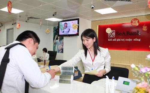 Khách hàng giao dịch tại SeABank.