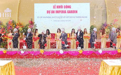 Đại diện lãnh đạo một số bộ, ngành, UBND Hà Nội và chủ đầu tư tiến hành lễ khởi công dự án sáng 23/1.<br>