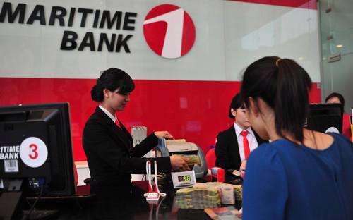 Khách hàng giao dịch tại ngân hàng Maritime Bank.<br>
